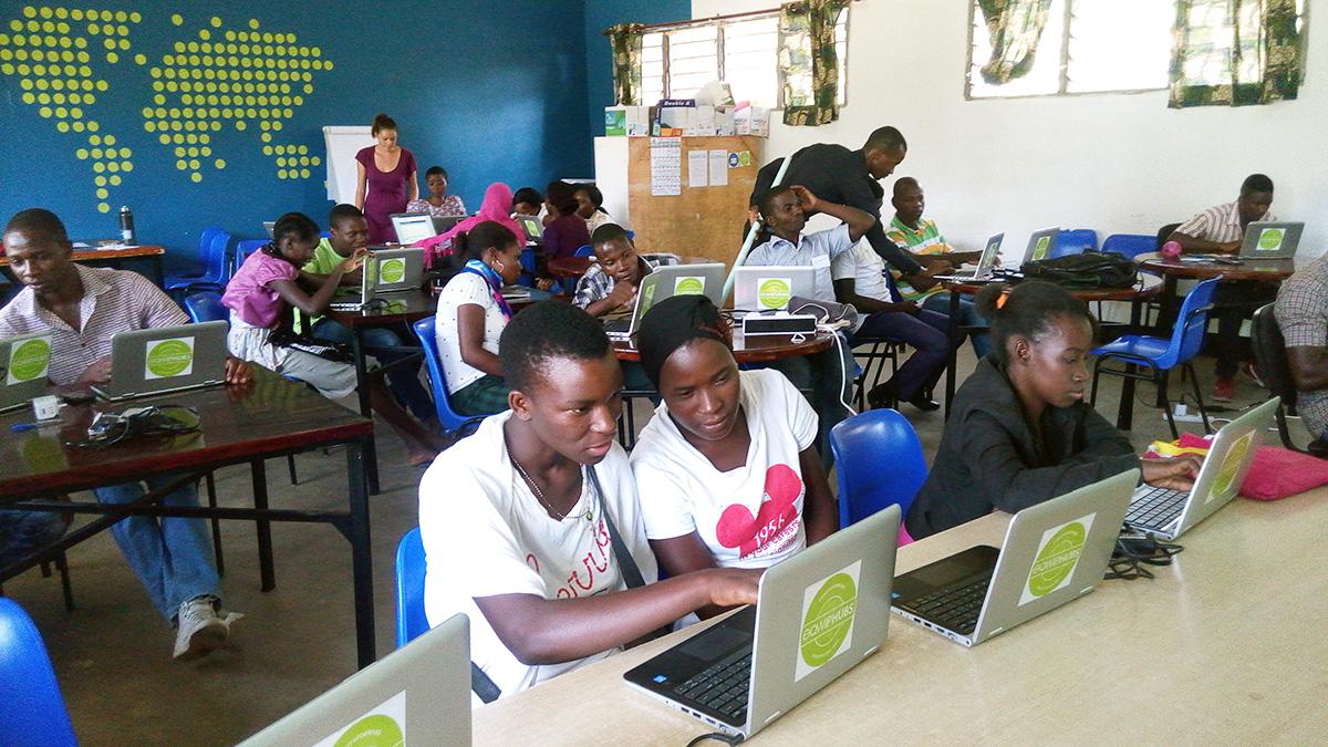 des jeunes reçoivent des formations des compétences au CARREFOUR EQWIP Tanzania.